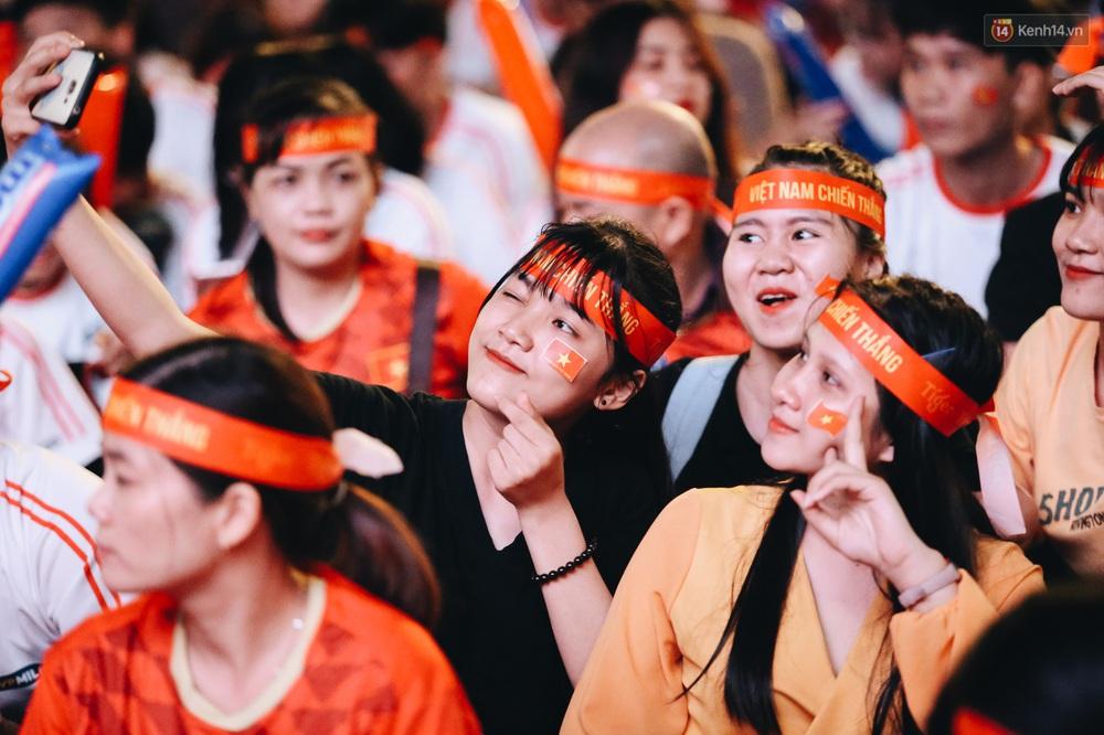 CĐV ở Sài Gòn vỡ oà trong hạnh phúc khi ĐT U22 Việt Nam có chiến thắng nghẹt thở trước Singapore - Ảnh 6.