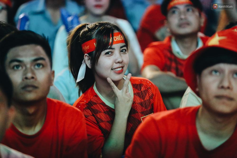 CĐV ở Sài Gòn vỡ oà trong hạnh phúc khi ĐT U22 Việt Nam có chiến thắng nghẹt thở trước Singapore - Ảnh 7.