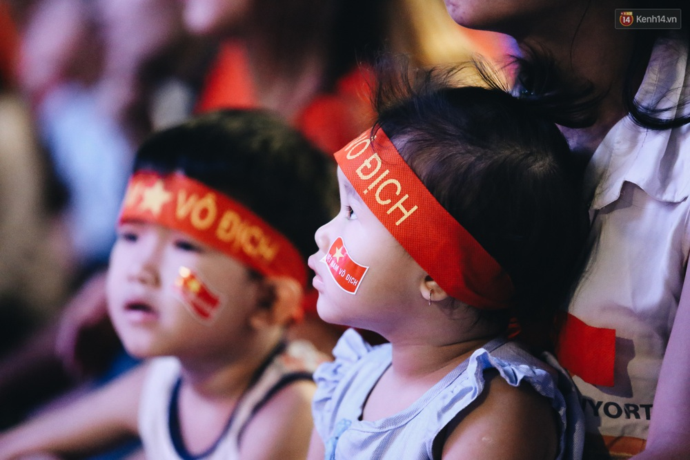 CĐV ở Sài Gòn vỡ oà trong hạnh phúc khi ĐT U22 Việt Nam có chiến thắng nghẹt thở trước Singapore - Ảnh 8.