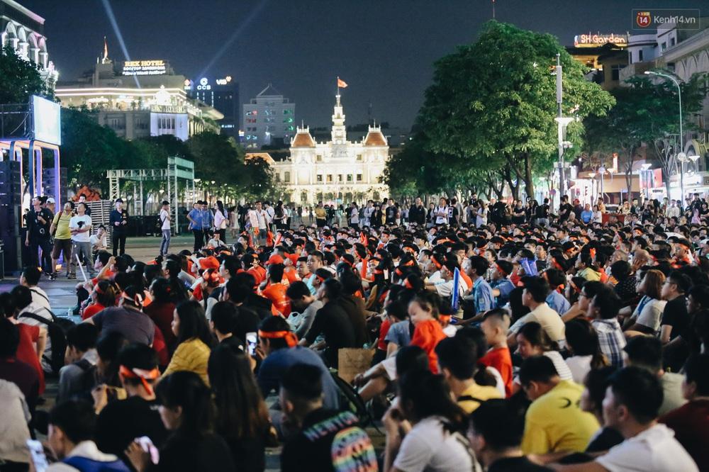CĐV ở Sài Gòn vỡ oà trong hạnh phúc khi ĐT U22 Việt Nam có chiến thắng nghẹt thở trước Singapore - Ảnh 1.