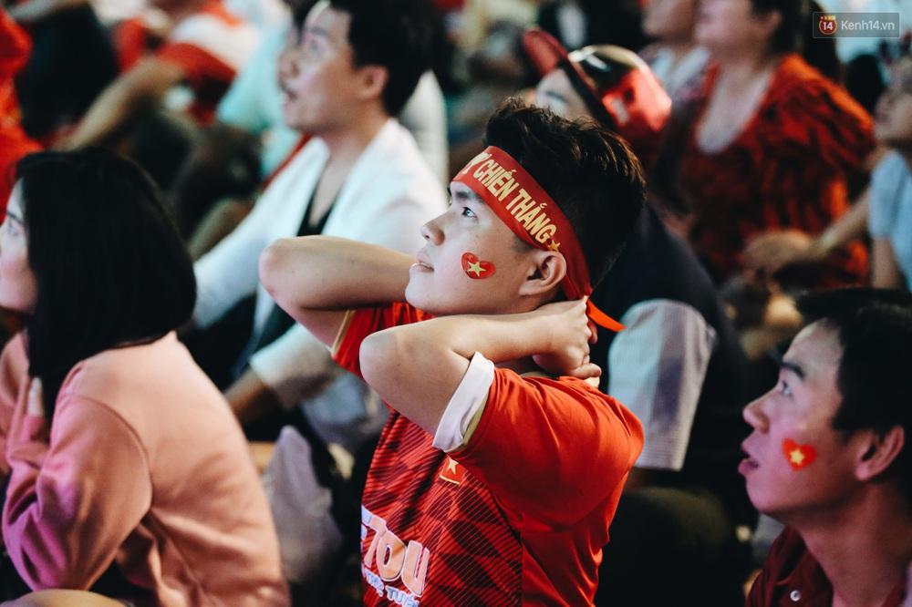 CĐV ở Sài Gòn vỡ oà trong hạnh phúc khi ĐT U22 Việt Nam có chiến thắng nghẹt thở trước Singapore - Ảnh 13.