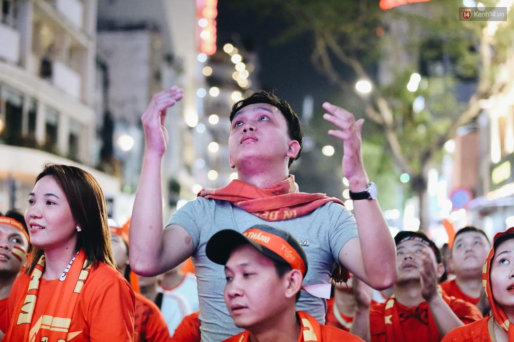 CĐV ở Sài Gòn vỡ oà trong hạnh phúc khi ĐT U22 Việt Nam có chiến thắng nghẹt thở trước Singapore - Ảnh 14.