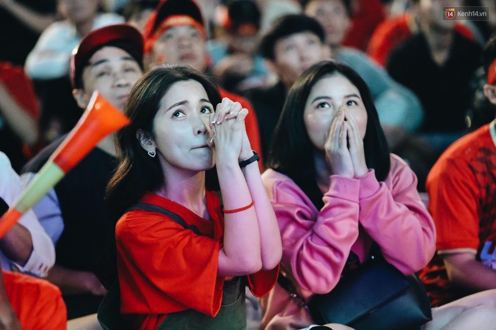 CĐV ở Sài Gòn vỡ oà trong hạnh phúc khi ĐT U22 Việt Nam có chiến thắng nghẹt thở trước Singapore - Ảnh 12.