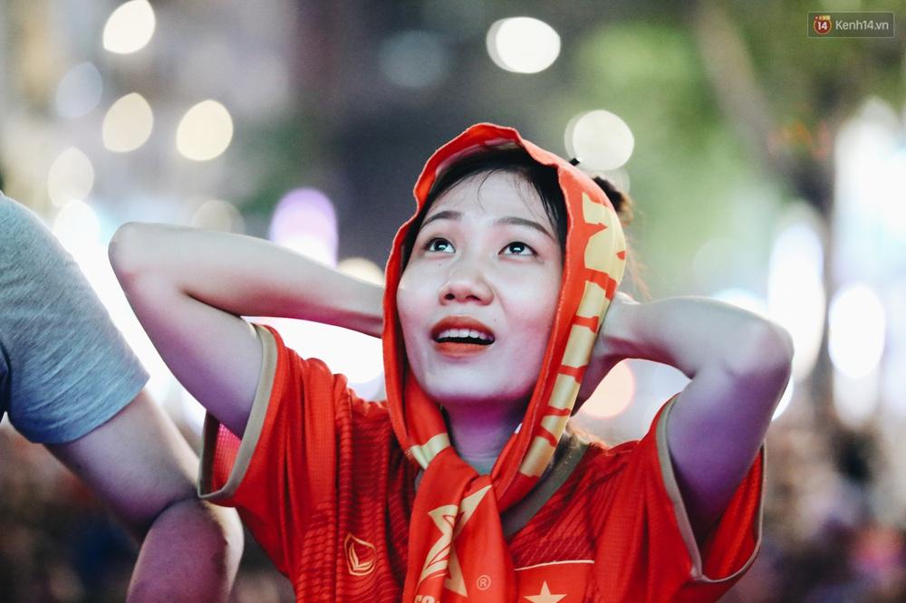 CĐV ở Sài Gòn vỡ oà trong hạnh phúc khi ĐT U22 Việt Nam có chiến thắng nghẹt thở trước Singapore - Ảnh 11.