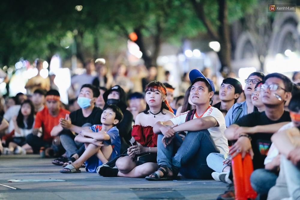 CĐV ở Sài Gòn vỡ oà trong hạnh phúc khi ĐT U22 Việt Nam có chiến thắng nghẹt thở trước Singapore - Ảnh 3.