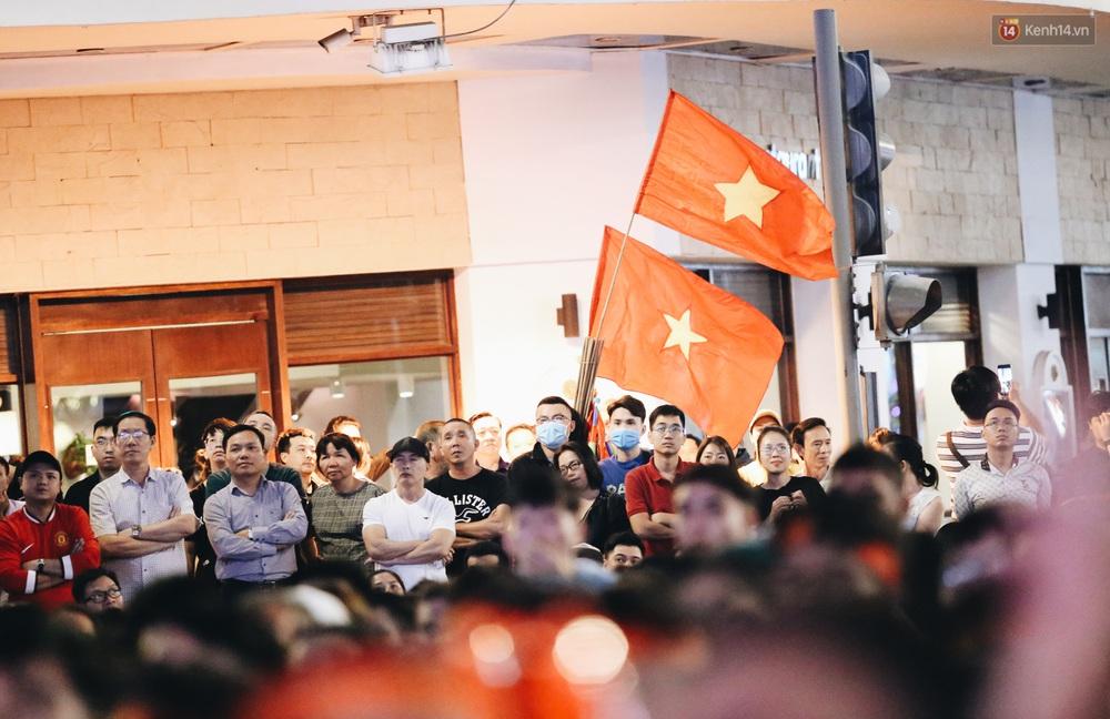 CĐV ở Sài Gòn vỡ oà trong hạnh phúc khi ĐT U22 Việt Nam có chiến thắng nghẹt thở trước Singapore - Ảnh 9.