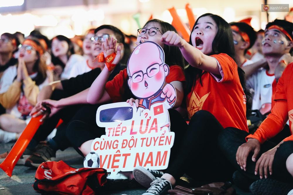 CĐV ở Sài Gòn vỡ oà trong hạnh phúc khi ĐT U22 Việt Nam có chiến thắng nghẹt thở trước Singapore - Ảnh 5.