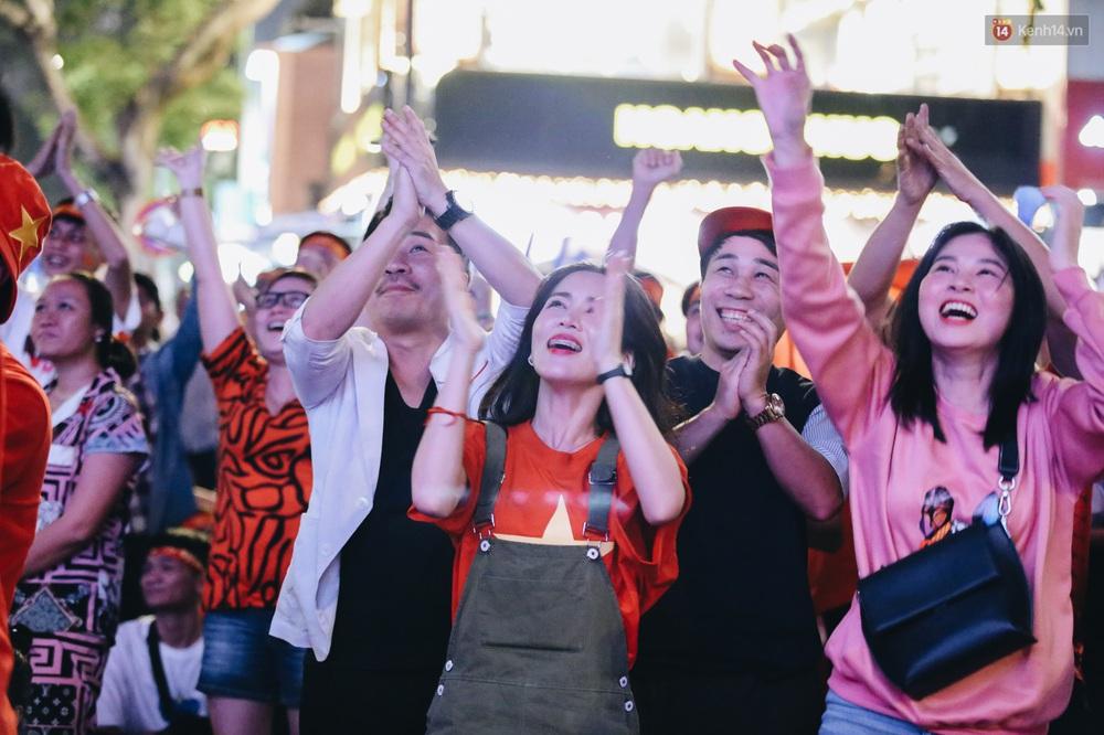 CĐV ở Sài Gòn vỡ oà trong hạnh phúc khi ĐT U22 Việt Nam có chiến thắng nghẹt thở trước Singapore - Ảnh 16.