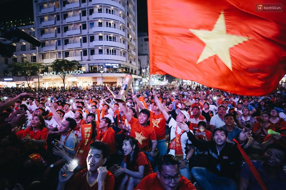 CĐV ở Sài Gòn vỡ oà trong hạnh phúc khi ĐT U22 Việt Nam có chiến thắng nghẹt thở trước Singapore - Ảnh 10.