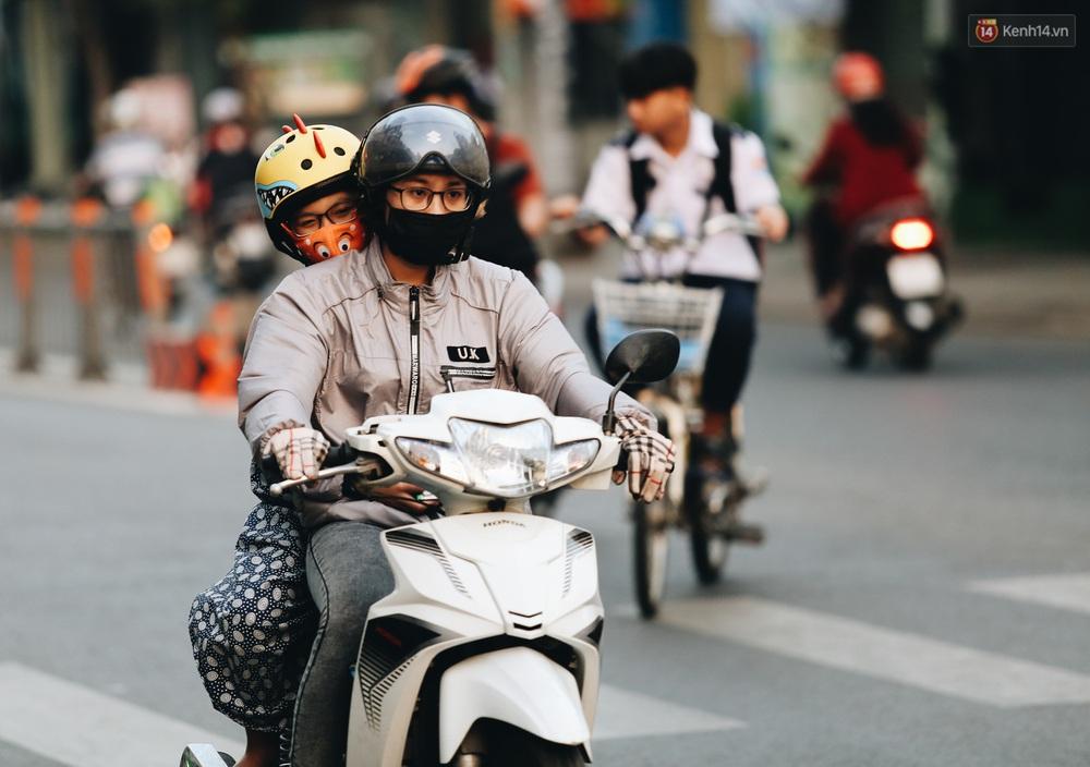 Ảnh: Không khí giảm còn 20 độ C vào sáng sớm, người Sài Gòn co ro trong cái lạnh những ngày chớm đông - Ảnh 19.