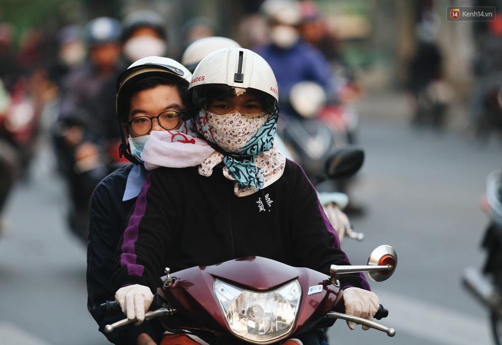 Ảnh: Không khí giảm còn 20 độ C vào sáng sớm, người Sài Gòn co ro trong cái lạnh những ngày chớm đông - Ảnh 18.