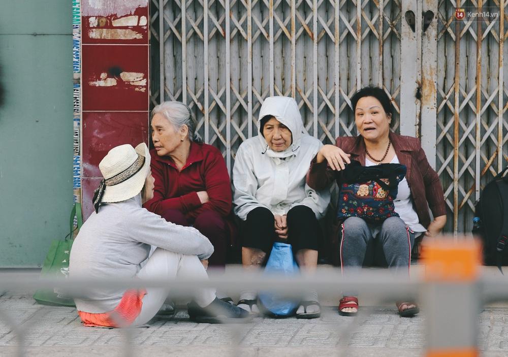 Ảnh: Không khí giảm còn 20 độ C vào sáng sớm, người Sài Gòn co ro trong cái lạnh những ngày chớm đông - Ảnh 6.