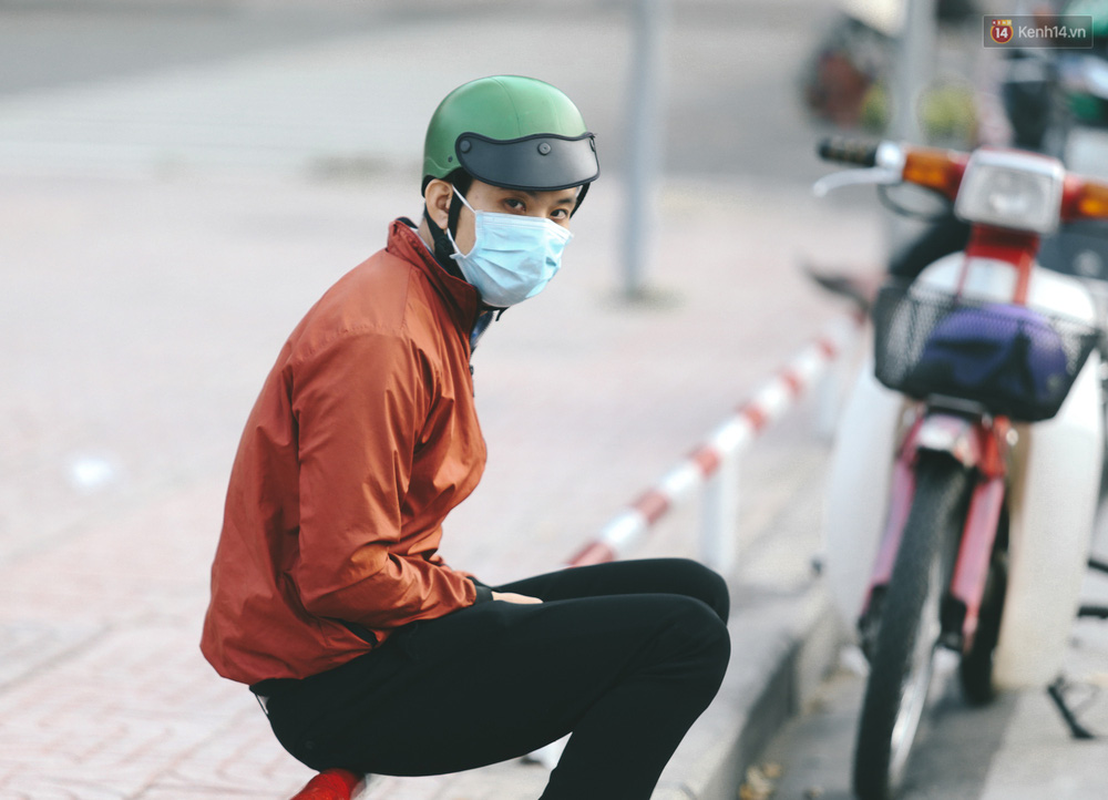 Ảnh: Không khí giảm còn 20 độ C vào sáng sớm, người Sài Gòn co ro trong cái lạnh những ngày chớm đông - Ảnh 7.