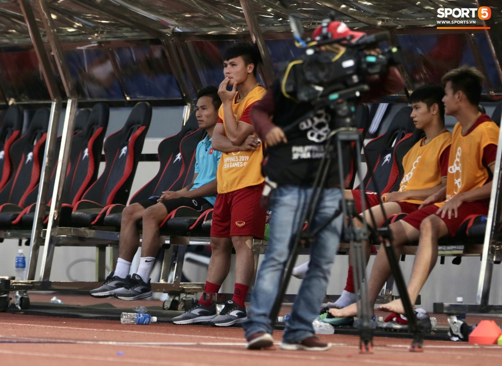 Quang Hải cắn răng, đứng ngồi không yên trước khi vỡ òa với cú sút penalty của Tiến Linh - Ảnh 6.