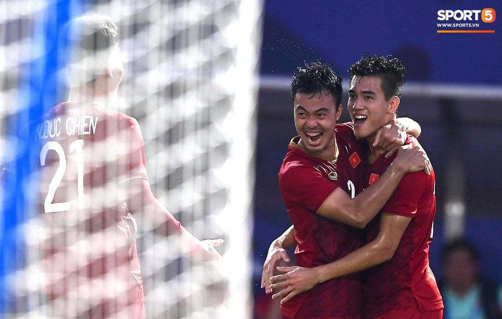 U22 Việt Nam ăn mừng đầy cảm xúc sau bàn thắng gỡ hòa 2-2 của Tiến Linh vào lưới U22 Thái Lan - Ảnh 10.