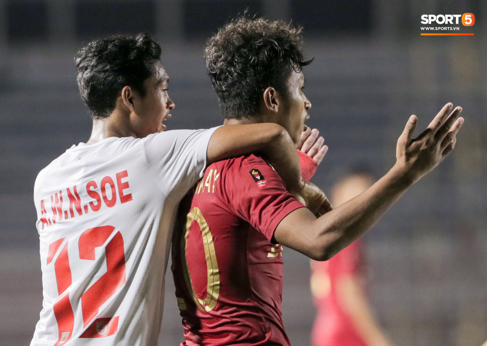 Cầu thủ U22 Indonesia để lại hình ảnh đẹp với đối phương dù trước đó là những màn cà khịa, kẹp cổ nhau - Ảnh 1.