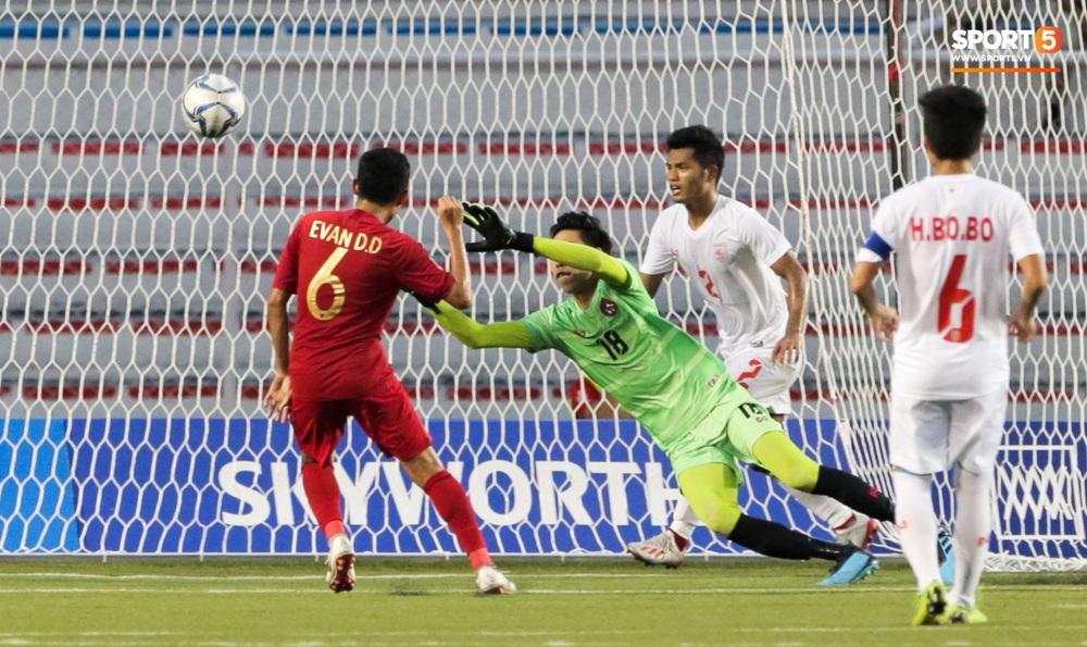 Cầu thủ U22 Indonesia để lại hình ảnh đẹp với đối phương dù trước đó là những màn cà khịa, kẹp cổ nhau - Ảnh 8.