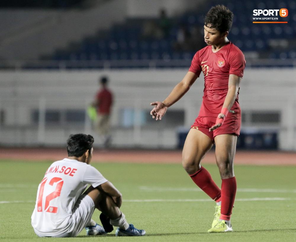 Cầu thủ U22 Indonesia để lại hình ảnh đẹp với đối phương dù trước đó là những màn cà khịa, kẹp cổ nhau - Ảnh 3.