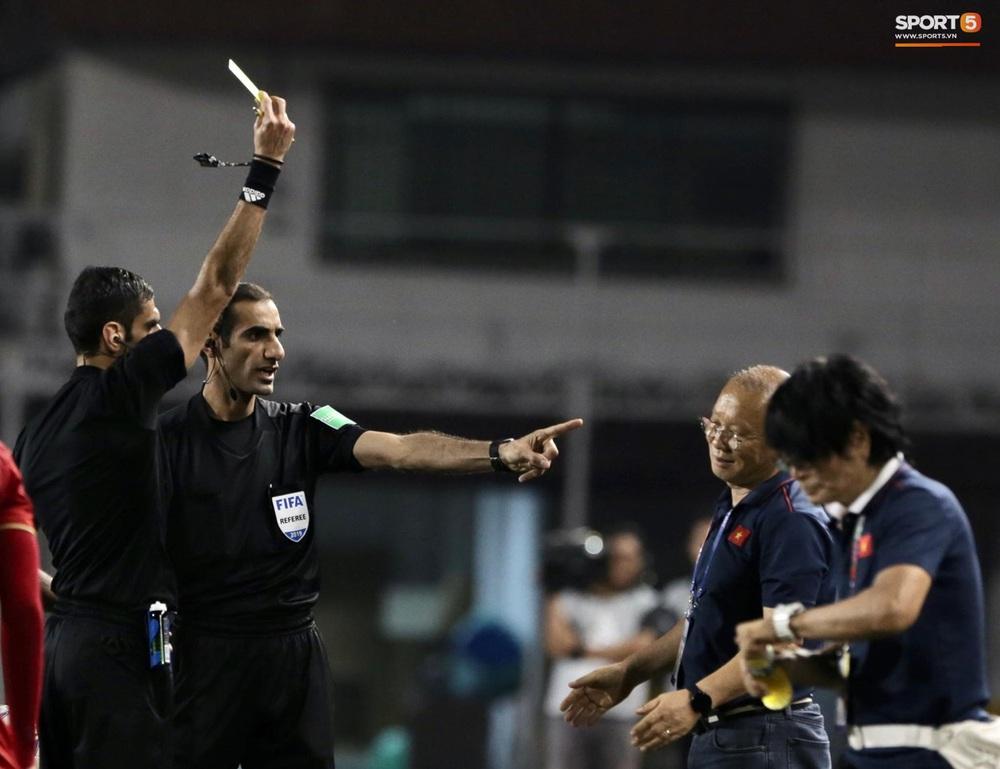HLV Park Hang-seo phải nhận thẻ vàng vì lao ra phản ứng trọng tài - Ảnh 4.
