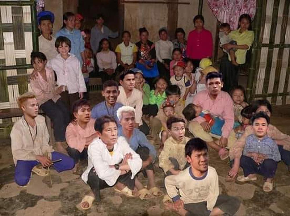 Cười bể bụng xem ảnh chế Đức Chinh nhấc bổng Campuchia - Ảnh 5.