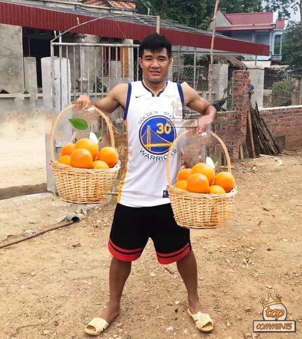 Cười bể bụng xem ảnh chế Đức Chinh nhấc bổng Campuchia - Ảnh 4.