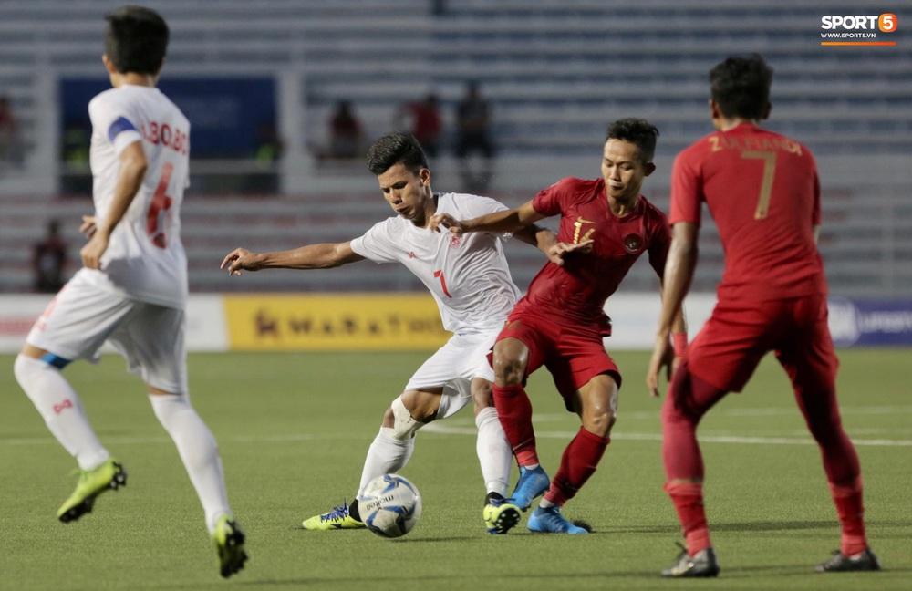 Mắc sai lầm ngớ ngẩn, thủ thành đẹp trai của U22 Indonesia suýt biếu tấm vé vào chung kết SEA Games 30 cho đối thủ - Ảnh 12.