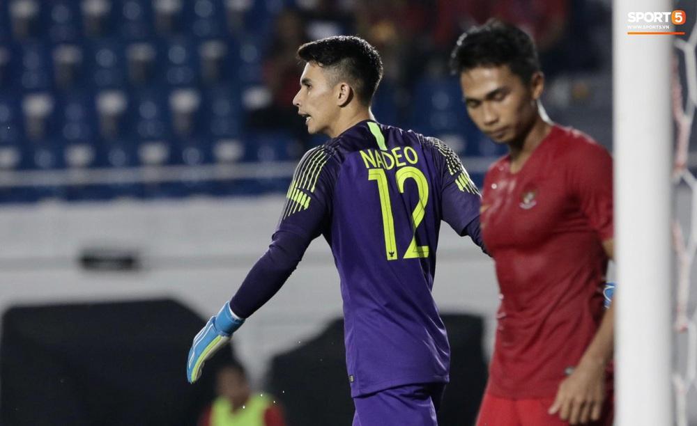 Mắc sai lầm ngớ ngẩn, thủ thành đẹp trai của U22 Indonesia suýt biếu tấm vé vào chung kết SEA Games 30 cho đối thủ - Ảnh 7.