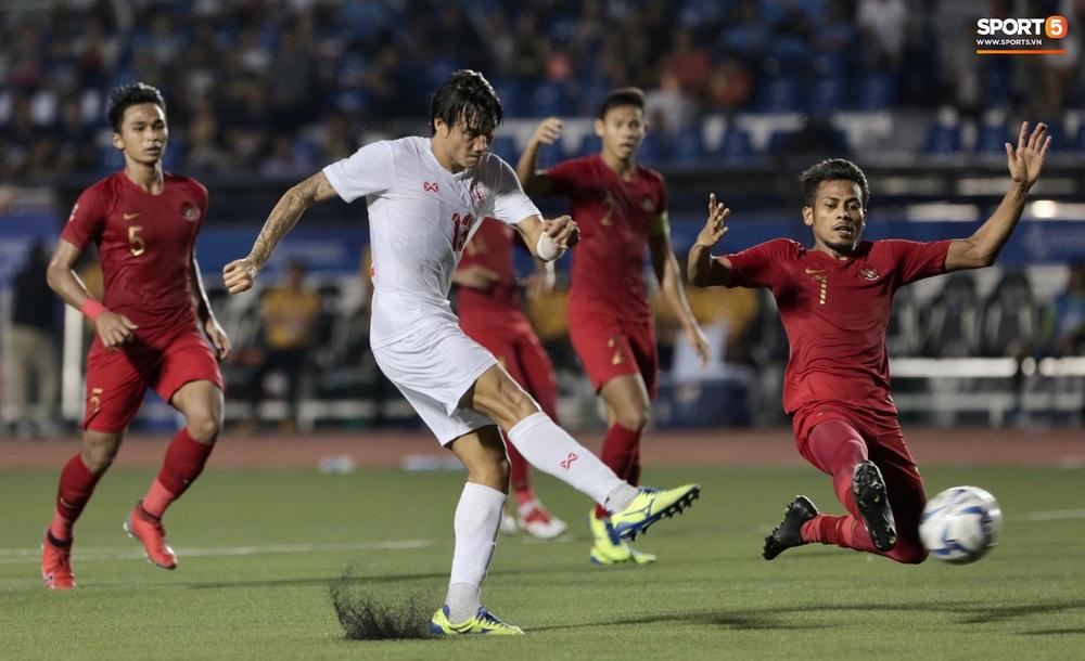 Mắc sai lầm ngớ ngẩn, thủ thành đẹp trai của U22 Indonesia suýt biếu tấm vé vào chung kết SEA Games 30 cho đối thủ - Ảnh 3.
