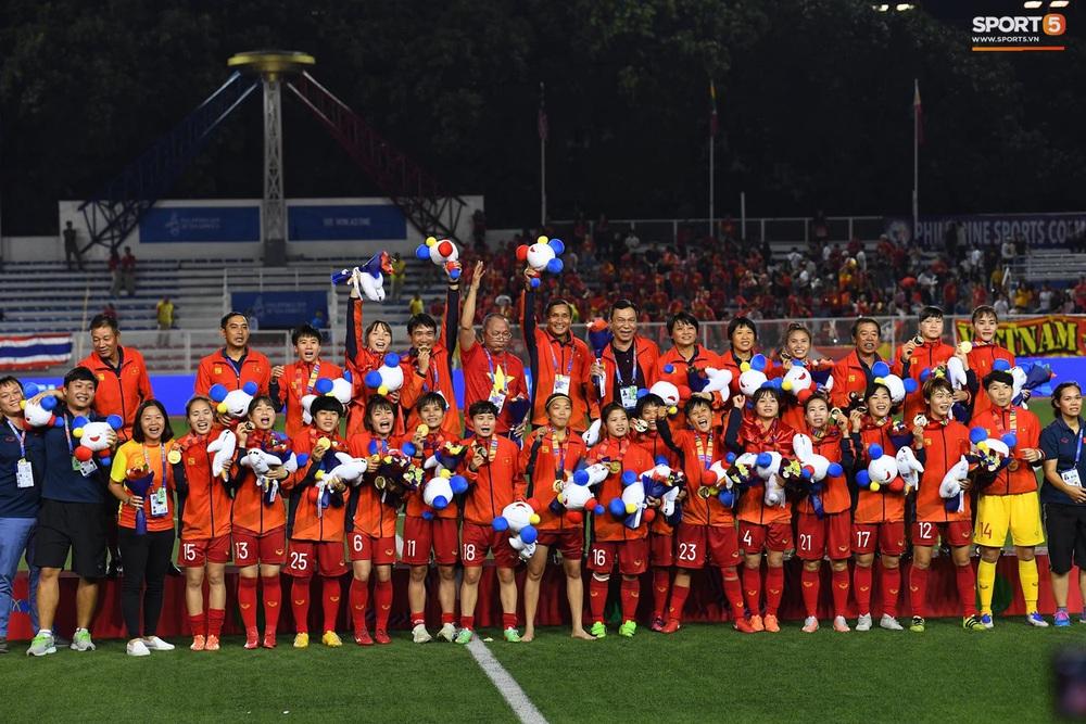 Tuyển nữ Việt Nam ăn mừng đầy cảm xúc sau khi đánh bại Thái Lan, khẳng định vị thế số 1 Đông Nam Á - Ảnh 11.