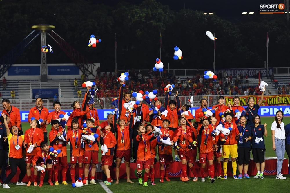 Tuyển nữ Việt Nam ăn mừng đầy cảm xúc sau khi đánh bại Thái Lan, khẳng định vị thế số 1 Đông Nam Á - Ảnh 12.