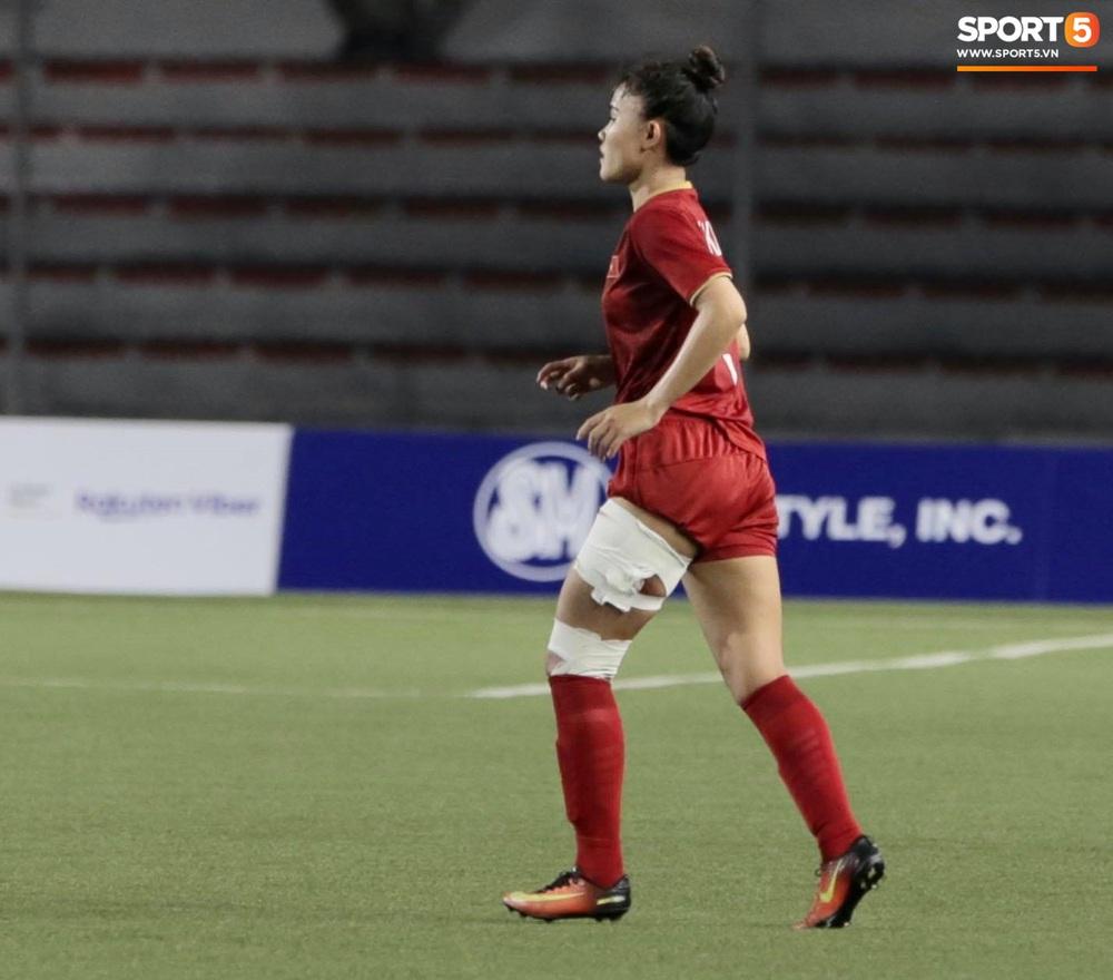 Fan xót xa hình ảnh tuyển thủ nữ Việt Nam rách đùi, băng gối vẫn lăn xả tranh bóng: Dù sao đấy cũng là một cô gái thôi mà - Ảnh 6.