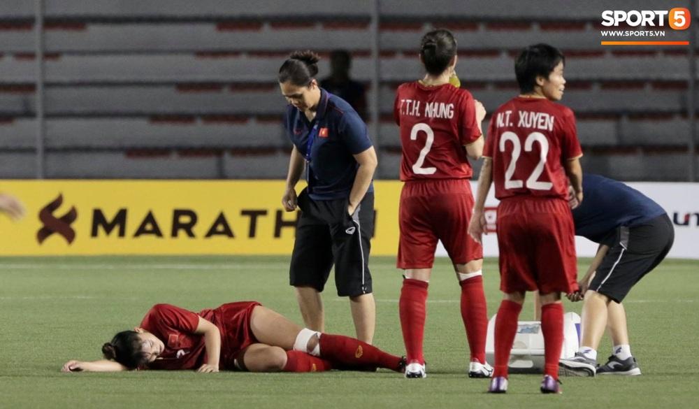 Fan xót xa hình ảnh tuyển thủ nữ Việt Nam rách đùi, băng gối vẫn lăn xả tranh bóng: Dù sao đấy cũng là một cô gái thôi mà - Ảnh 3.