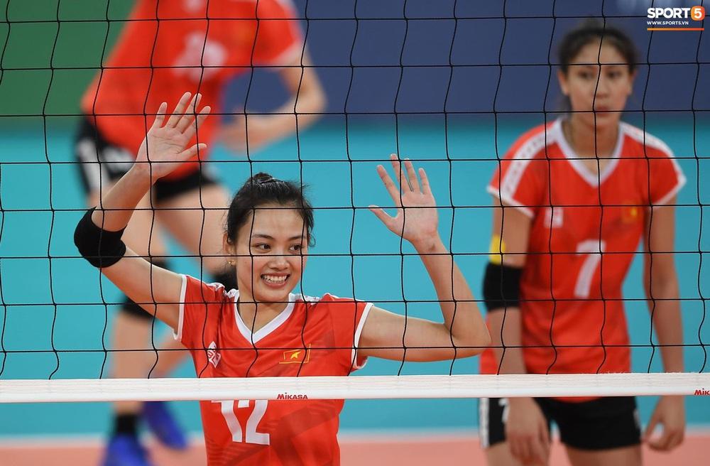 Cầu thủ nữ Việt Nam ra sân cổ vũ đội tuyển bóng chuyền trong trận chung kết với Thái Lan tại SEA Games 30 - Ảnh 10.