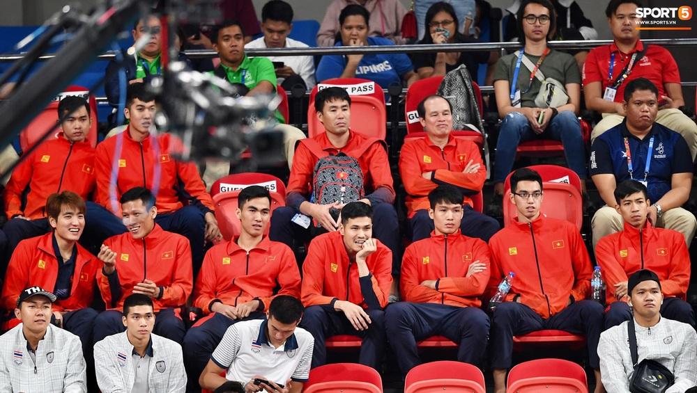 Cầu thủ nữ Việt Nam ra sân cổ vũ đội tuyển bóng chuyền trong trận chung kết với Thái Lan tại SEA Games 30 - Ảnh 8.
