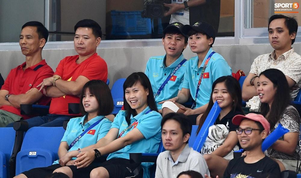 Cầu thủ nữ Việt Nam ra sân cổ vũ đội tuyển bóng chuyền trong trận chung kết với Thái Lan tại SEA Games 30 - Ảnh 3.