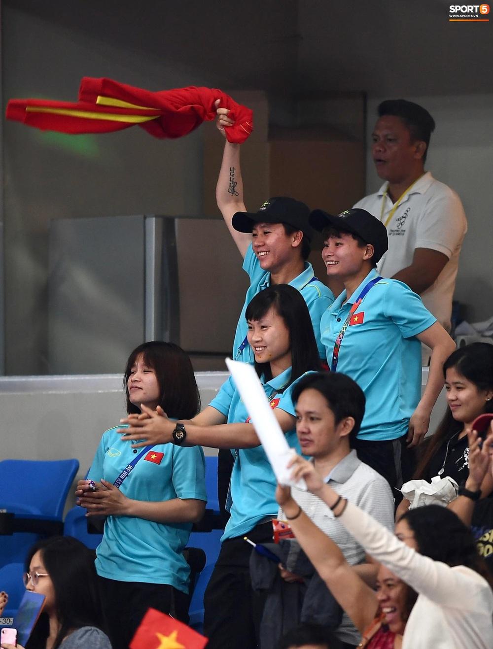 Cầu thủ nữ Việt Nam ra sân cổ vũ đội tuyển bóng chuyền trong trận chung kết với Thái Lan tại SEA Games 30 - Ảnh 5.