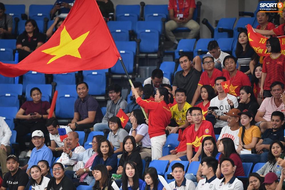 Cầu thủ nữ Việt Nam ra sân cổ vũ đội tuyển bóng chuyền trong trận chung kết với Thái Lan tại SEA Games 30 - Ảnh 7.