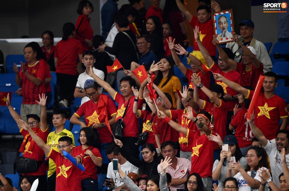 Cầu thủ nữ Việt Nam ra sân cổ vũ đội tuyển bóng chuyền trong trận chung kết với Thái Lan tại SEA Games 30 - Ảnh 6.