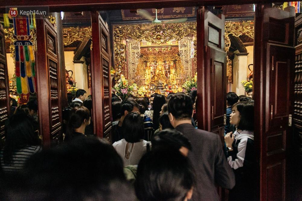 Ảnh, clip: Phủ Tây Hồ và chùa Trấn Quốc ken đặc người trong ngày đi làm đầu tiên của năm mới 2019 - Ảnh 22.