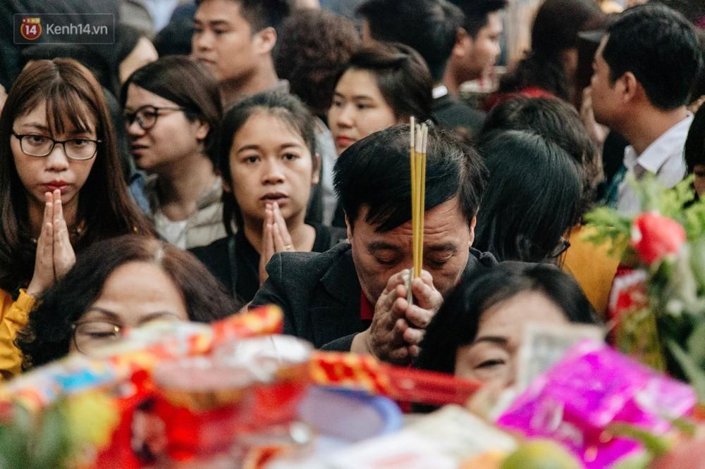 Ảnh, clip: Phủ Tây Hồ và chùa Trấn Quốc ken đặc người trong ngày đi làm đầu tiên của năm mới 2019 - Ảnh 10.