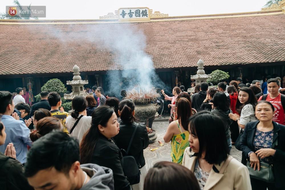 Ảnh, clip: Phủ Tây Hồ và chùa Trấn Quốc ken đặc người trong ngày đi làm đầu tiên của năm mới 2019 - Ảnh 18.