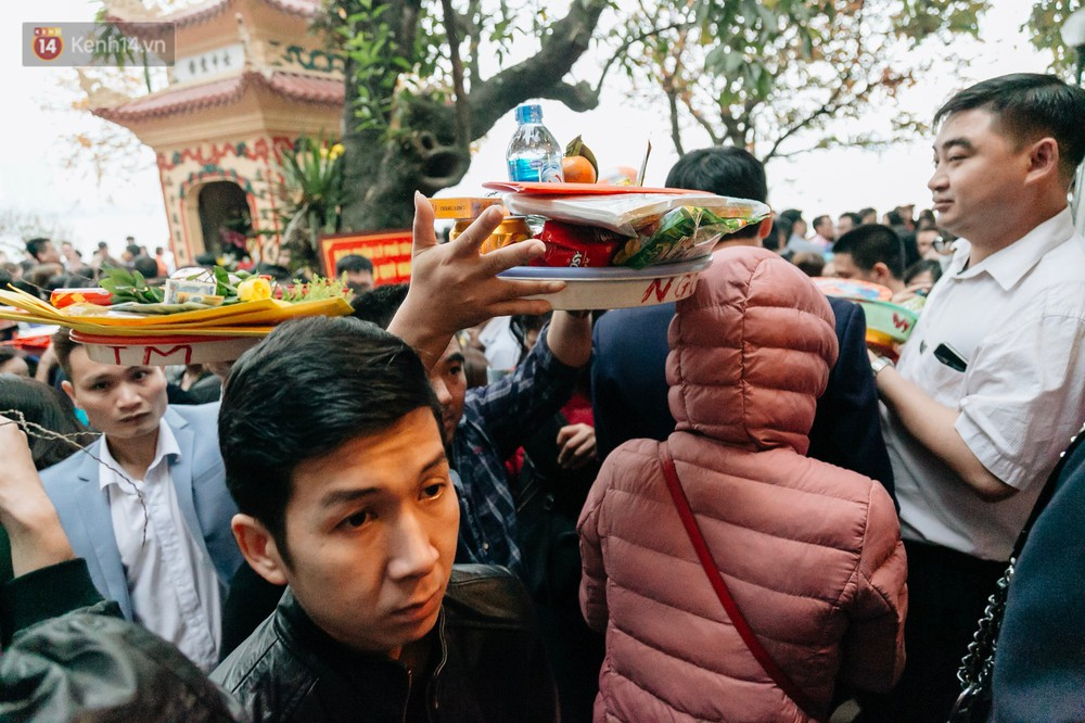 Ảnh, clip: Phủ Tây Hồ và chùa Trấn Quốc ken đặc người trong ngày đi làm đầu tiên của năm mới 2019 - Ảnh 7.