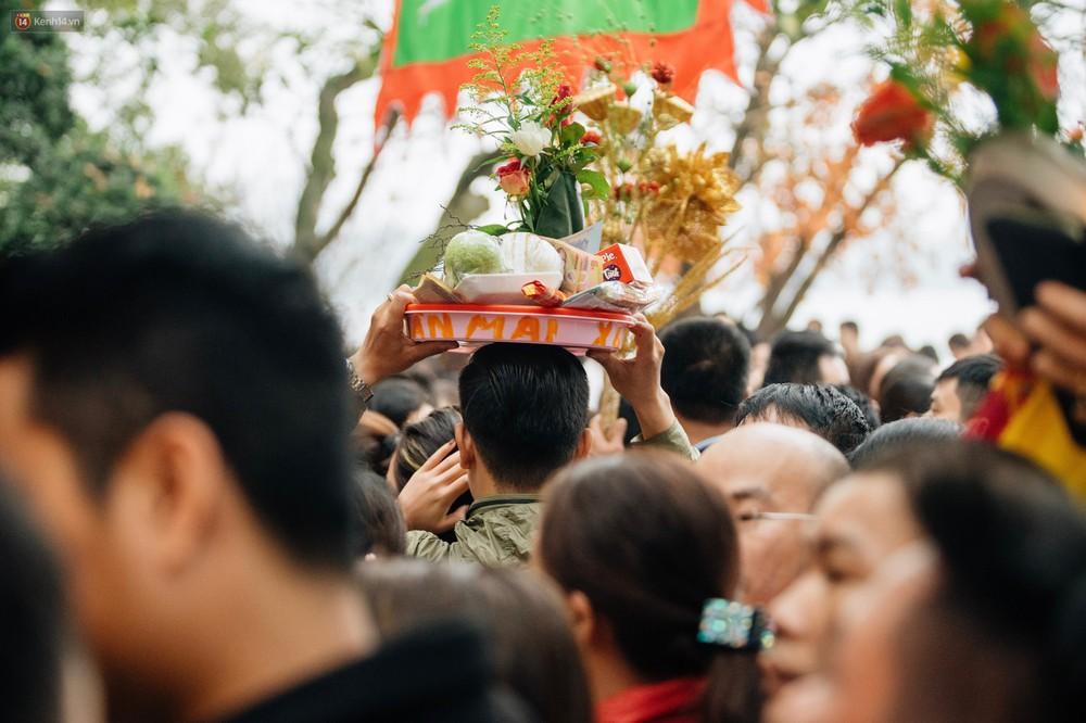 Ảnh, clip: Phủ Tây Hồ và chùa Trấn Quốc ken đặc người trong ngày đi làm đầu tiên của năm mới 2019 - Ảnh 6.