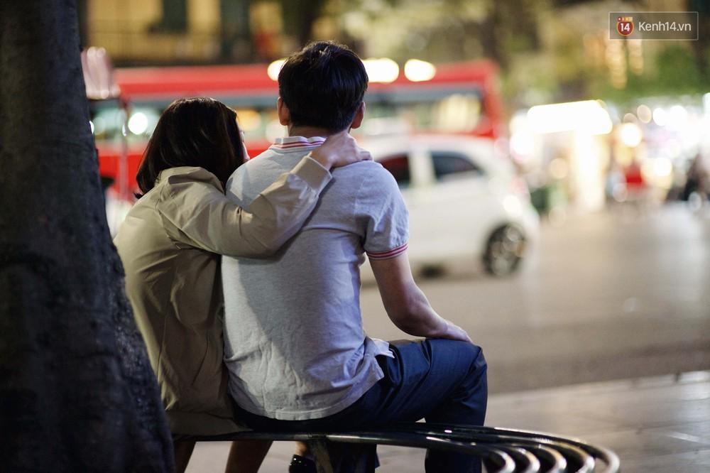 Hà Nội đêm Valentine: Cả thế giới bỗng chốc thu bé lại chỉ bằng cái nắm tay hay một nụ hôn ngọt ngào - Ảnh 6.
