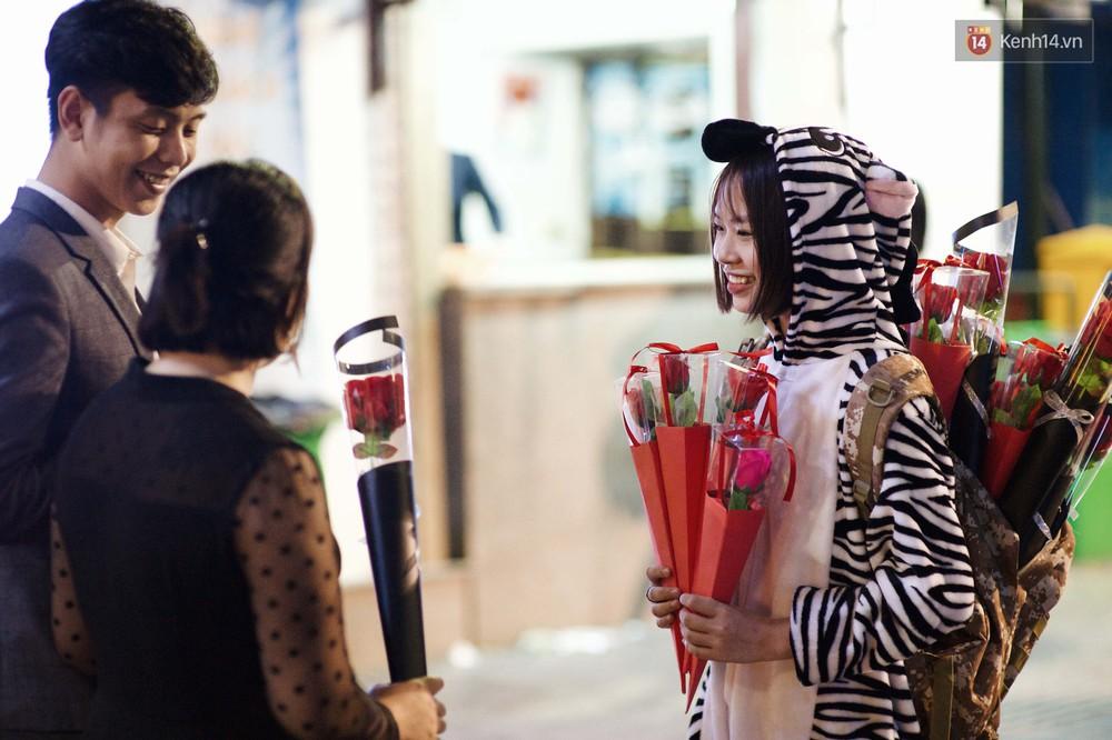 Hà Nội đêm Valentine: Cả thế giới bỗng chốc thu bé lại chỉ bằng cái nắm tay hay một nụ hôn ngọt ngào - Ảnh 7.