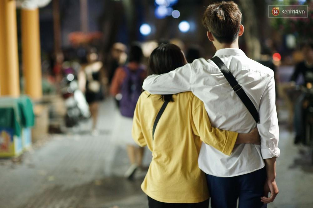 Hà Nội đêm Valentine: Cả thế giới bỗng chốc thu bé lại chỉ bằng cái nắm tay hay một nụ hôn ngọt ngào - Ảnh 1.