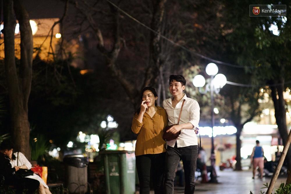 Hà Nội đêm Valentine: Cả thế giới bỗng chốc thu bé lại chỉ bằng cái nắm tay hay một nụ hôn ngọt ngào - Ảnh 10.