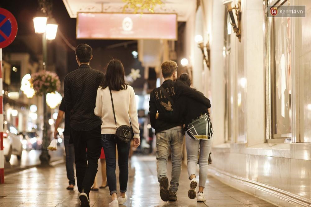 Hà Nội đêm Valentine: Cả thế giới bỗng chốc thu bé lại chỉ bằng cái nắm tay hay một nụ hôn ngọt ngào - Ảnh 5.