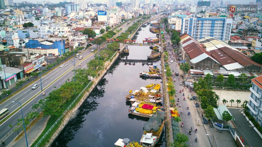 Chùm ảnh: Những chiếc thuyền đầy ắp hoa xuân cập bến ở Sài Gòn qua góc nhìn xinh xắn từ flycam - Ảnh 4.