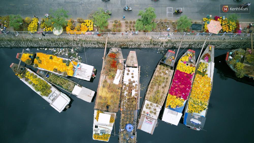 Chùm ảnh: Những chiếc thuyền đầy ắp hoa xuân cập bến ở Sài Gòn qua góc nhìn xinh xắn từ flycam - Ảnh 3.